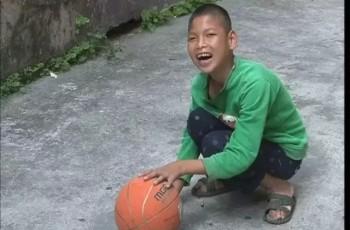 男孩常在万绿大道车流中乞讨,记者追访,牵出感人内幕!