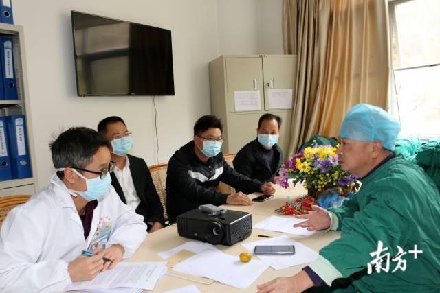 紫金縣人民醫院感染科主任、內科主治醫師鐘銳鋒(右一)。