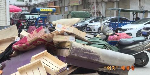 居民随意丢垃圾 市场周边脏乱差