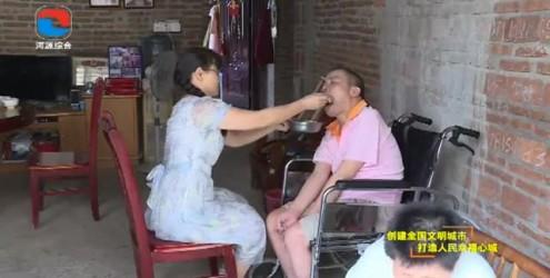 """孝老爱亲""""中国好人""""严艳芳:照顾病幼至亲 柔肩挑起重担"""